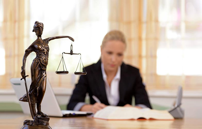 Юрист подготавливает заявление в суд