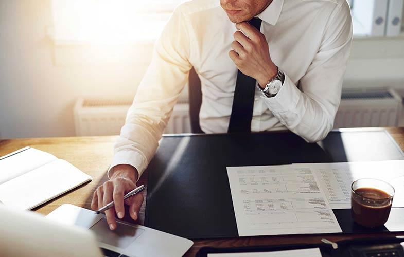 Бизнесмен изучает документацию по внешнеэкономической деятельности