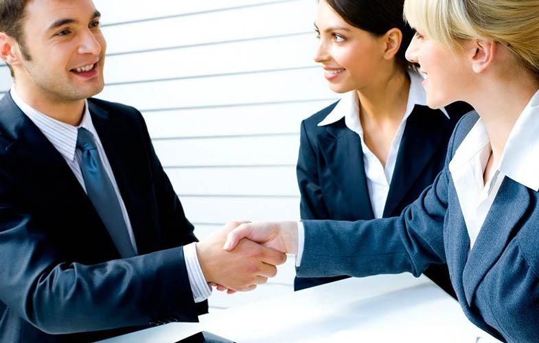 Бизнесмен общается с таможенными брокерами
